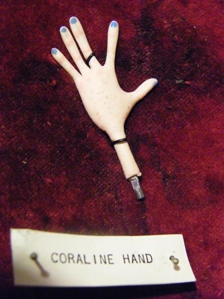 ... uma mão da Coraline...